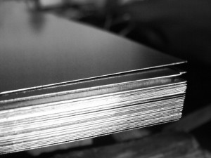 Труба профильная прямоугольная электро/сварная 40x20x2х6000 мм S235JR (H)(cт3) (1 шт=0,0102тонны)ГОСТ 8645-68 - фото На фото ― металл для изготовления профиля, staltd.ru