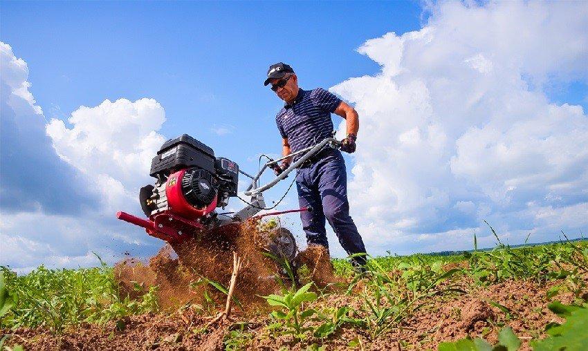 фермер с мотоблоком