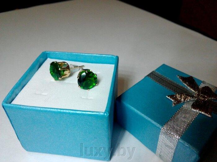 серьги гвоздики с зелеными камнями