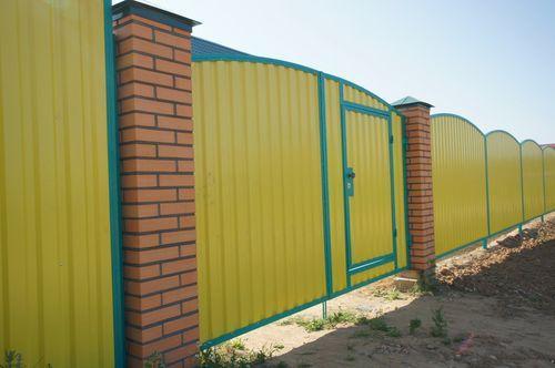 Желтый забор из профнастила
