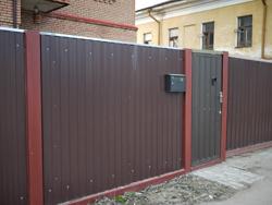 Забор из профнастила частного домовладения