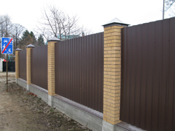 Забор из профнастила и столбами из кирпича