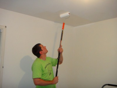 Часто задаваемые вопросы - фото Процесс покраски потолка